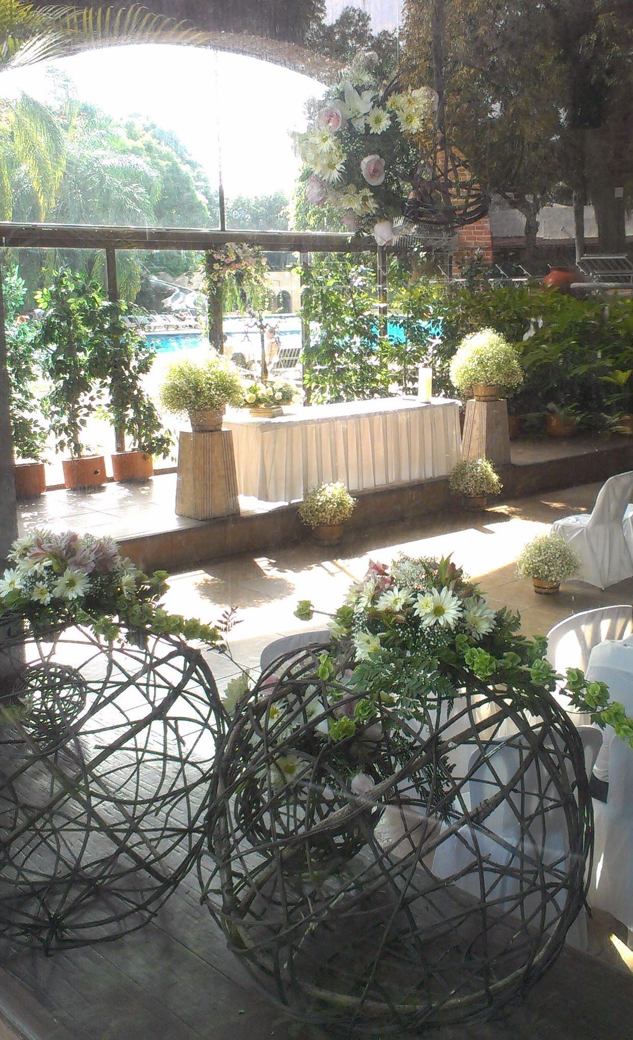 Decoracion con flores y esferas rusticas frascos pinterest