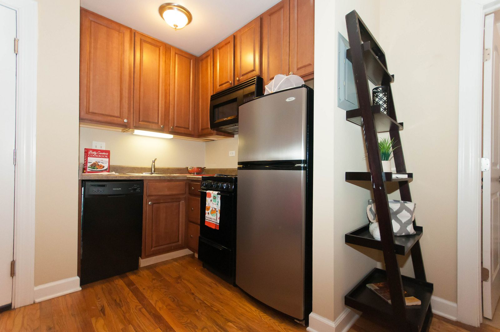 Ladder shelves are popular right now! #bjbproperties #chicagoapartments #southlincolnparkapartments