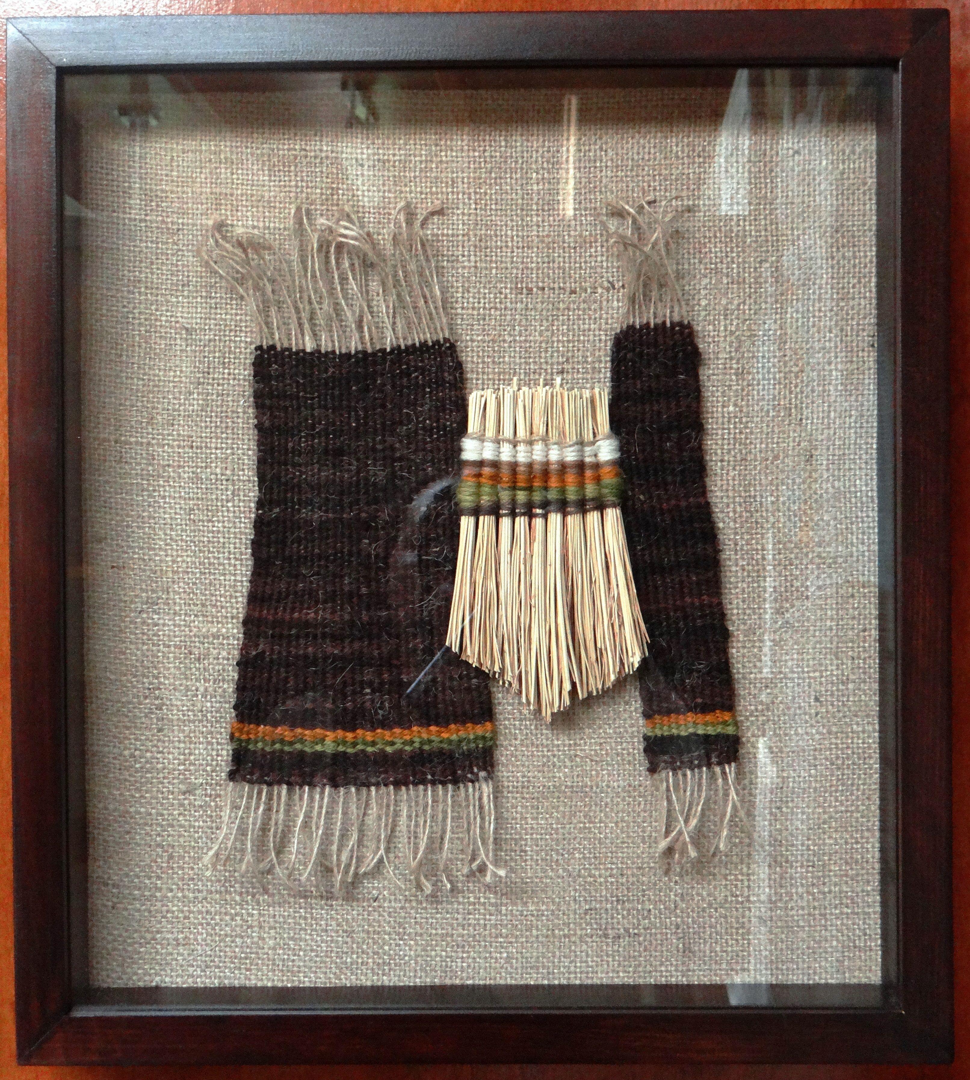 Textil a telar sobre arpillera, curahuilla, marco madera con ...