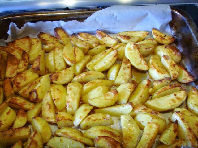 Kuchnia Z Widokiem Na Ogrod Pyszne Aromatyczne Chrupiace Pieczone Ziemniaki W Piekarniku A La Frytki In 2020 Food Cooking Vegetables