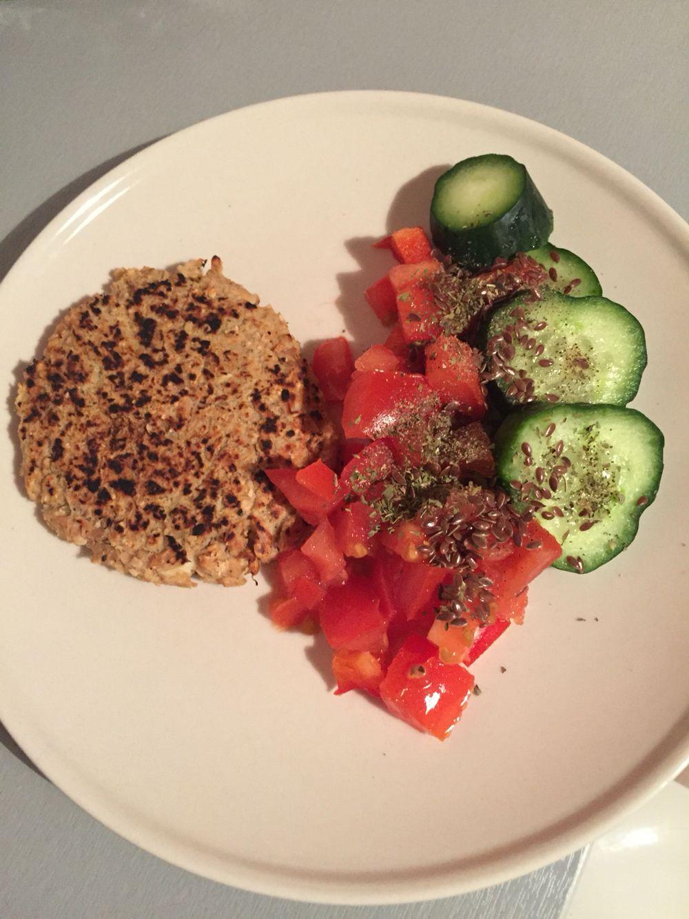 Hamburguesa de atún (avena+huevo) y ensalada de pepino, tomate y pimentón