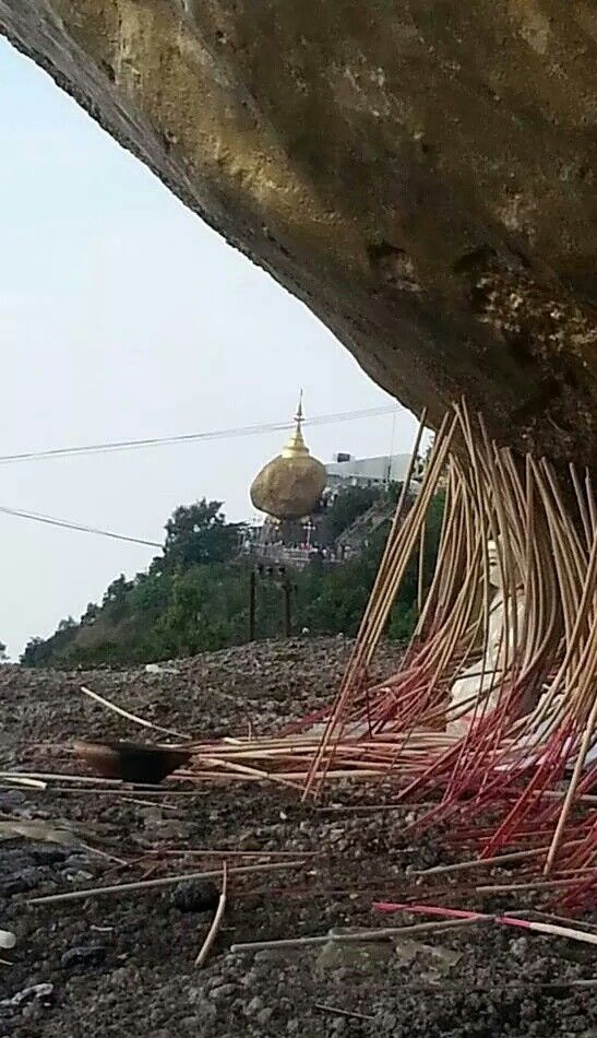 Birmania Golden Rock al fondo