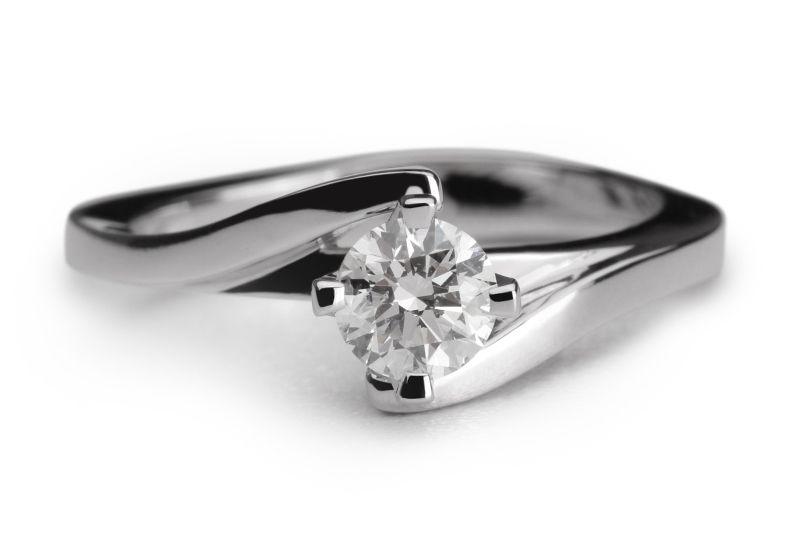 Een  verlovingsring met een vloeiende vormentaal waarbij de scheen van de ring wijkt te hoogte van de diamant. De chaton wordt omarmd door de ring en steekt boven de ring uit waardoor de diamant optimaal zichtbaar is. De verlovingsring Sydney is uit te voeren met een diamant formaat naar keuze.