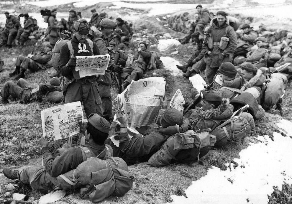 주문 2 월 29 일 1951 (AP 사진)에 한국의 전면에 중국 공산주의 세력에 대해 이동하기를 기다리는 동안 캐나다 라이플 맨은 고향 뉴스 따라 잡기 #