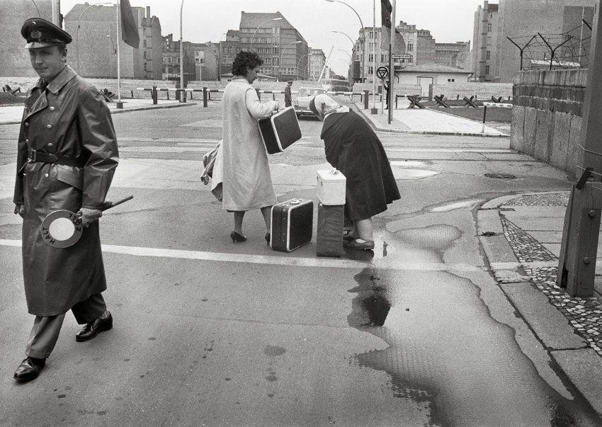 Der  Checkpoint Charlie  verband den Ost-Berliner Bezirk Mitte mit dem...