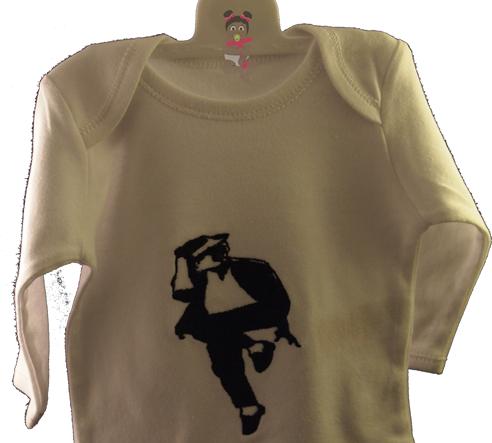 Tenemos esta camiseta original de Michael Jackson  para los fans del Rey del Pop.  Si te gustaba este mítico cantante, ahora puedes ponerle a tu peque un body con su silueta. Colores de la camiseta: Rojo, lila, granate, pistacho, Mostaza y morado. Regala esta camiseta original de Michael Jackson y haz que tu peque se familiarice desde chiquitín con el rey del pop. Es una camiseta ideal para regalar.