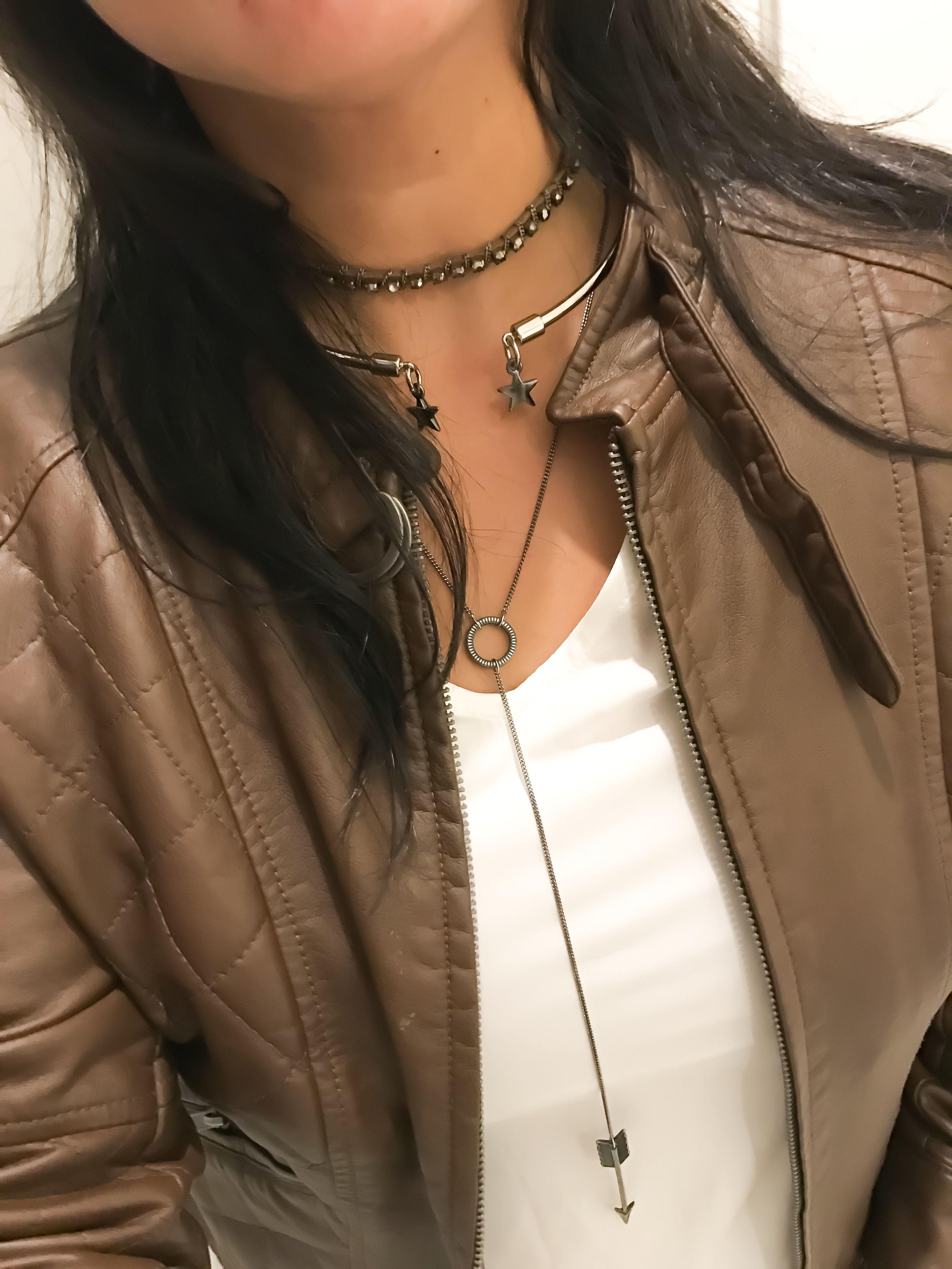 Look casual com Mix de colares  Compre pelo nosso site  Www.cariocadasgemasacessorios.iluria.com . #acessorios #mixdecolares #chokers #necklaces