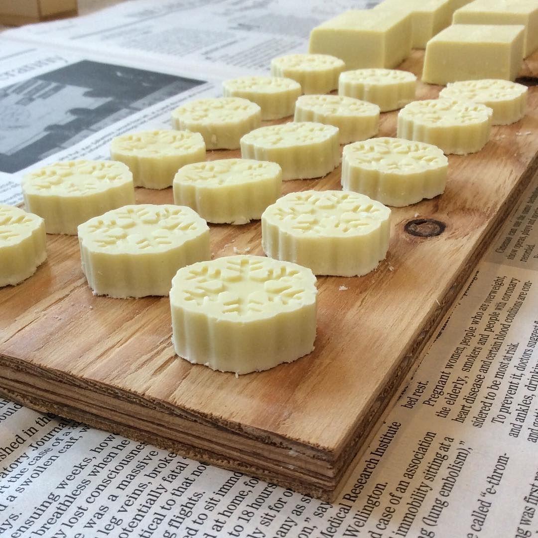 仕込んでた石鹸を型から抜きました^ ^ あと...3週間程乾燥させたら完成です!  #homemadesoap #oliveoilsoap  #手作り石鹸 #手作り石けん