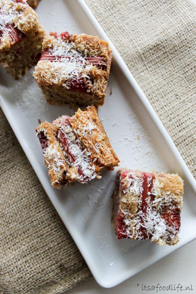 recept: suikervrije gezonde rabarbercake met aardbei en kokoscake | It's a Food Life