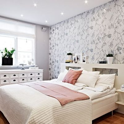 quarto de casal decorado com papel de parede floral cinza ...