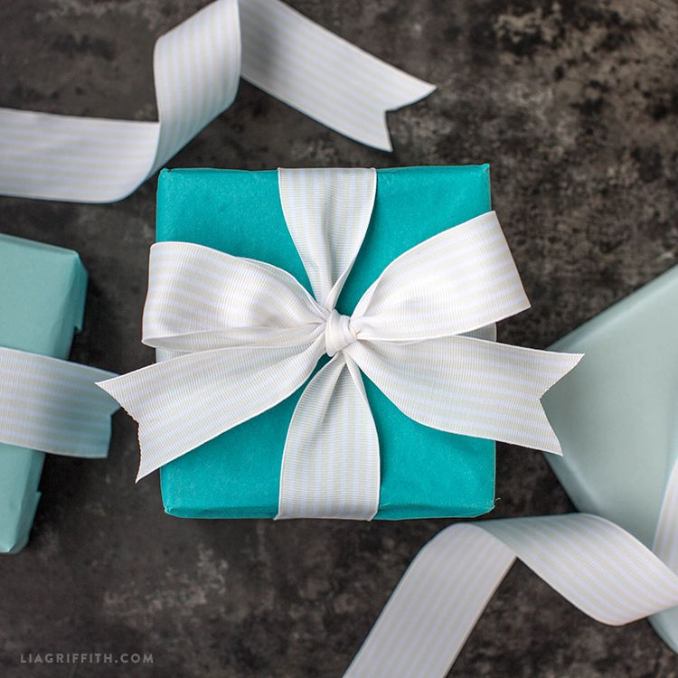 How To Tie A Tiffany Bow Video Tutorial Gift Wrapping Bows Diy Gift Bow Gift Wrapping