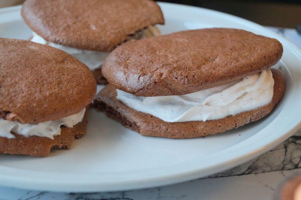 Low carb sandwich-kager. En low carb flødeskumskage uden sukker. Kagen består af to kakaobunde og vaniljeskum i midten. Se opskriften og billeder her.