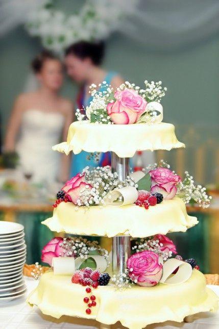 Hochzeitstorte Dreistockig Mit Frucht Und Bluten Deko