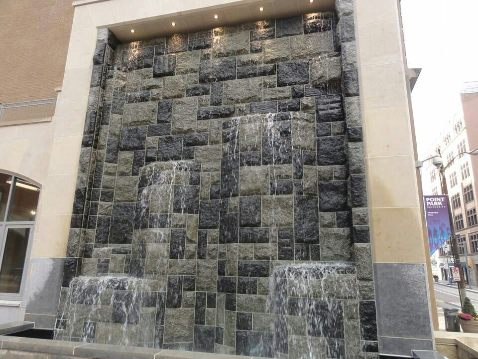 muro de agua en piedra natural