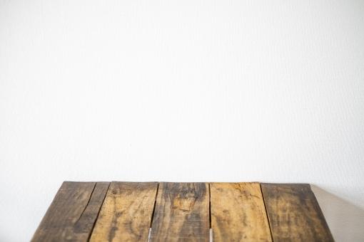 木の机と白い壁 木 テーブル 白い壁 テーブル