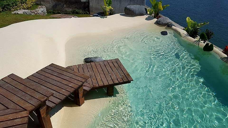 Preciosa piscina de arena de borde infinito realizada en for Construccion de piscinas en mexico