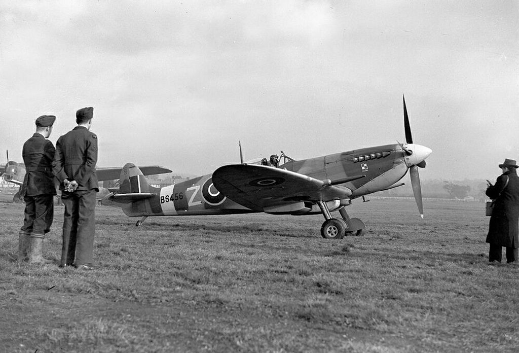 Spitfire 1X BS456 at Northolt on 22 Aug 1943, after being transferred to 316 Sqn. It was piloted by F/Lt L Kurylowicz who shot down a FW-190 but was later shot down by another FW-190 near Rouen; he spent 5 days in his dingy before being rescued uninjured.