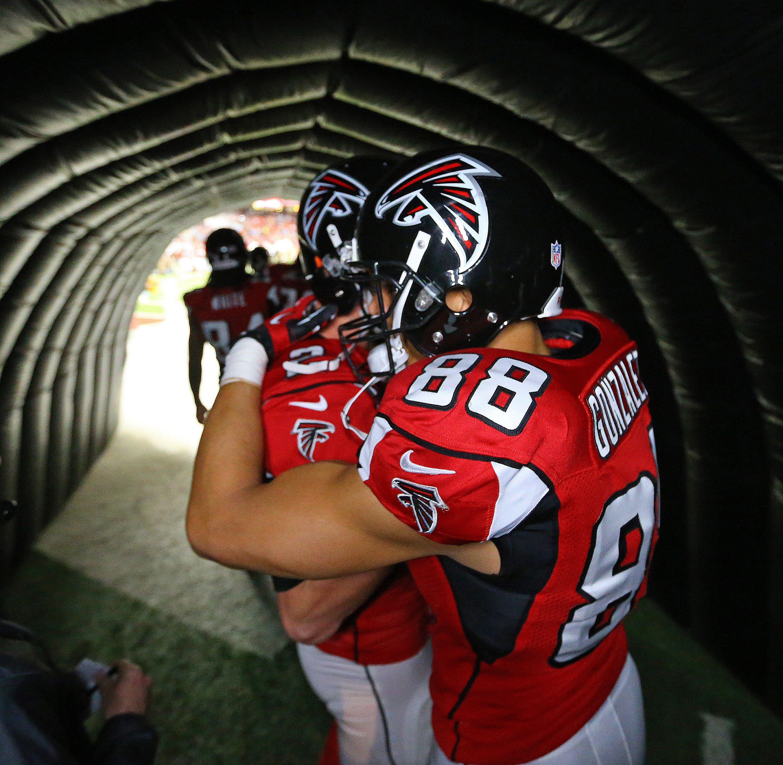 Matt Ryan Hugs Tony Gonzalez In The Tunnel Moments Before Walking On The Field In Tony S Final Game W Atlanta Falcons Football Atlanta Falcons Falcons Football