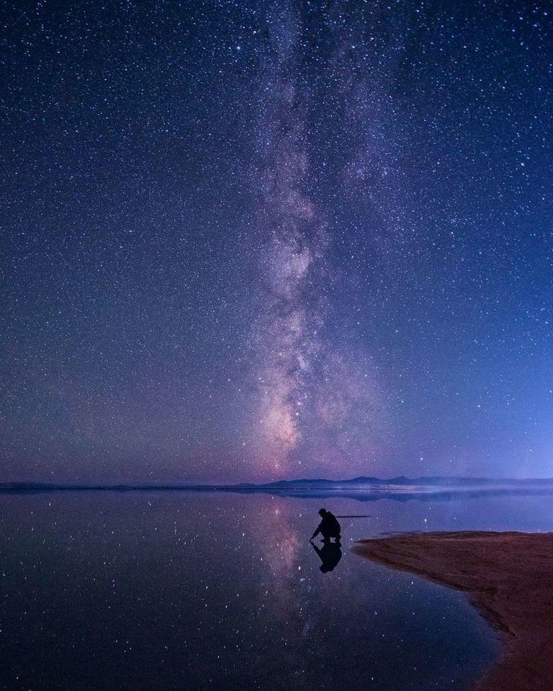 Arriba o abajo | Fot.: Prajit Ravindran #agua #water #reflejo #reflection #noche #night #estrellas #stars #vialactea #milkyway