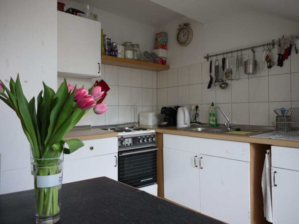rosa Tulpen in Küche in zentraler Altstadt Lage 15 qm