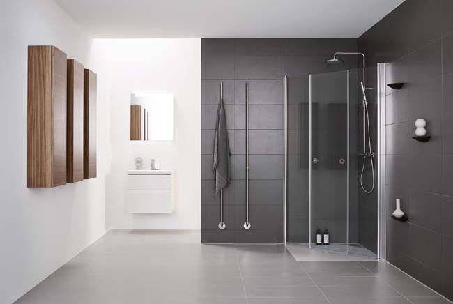 Strakke badkamer en de handdoek wordt voorverwarmd aan de ...