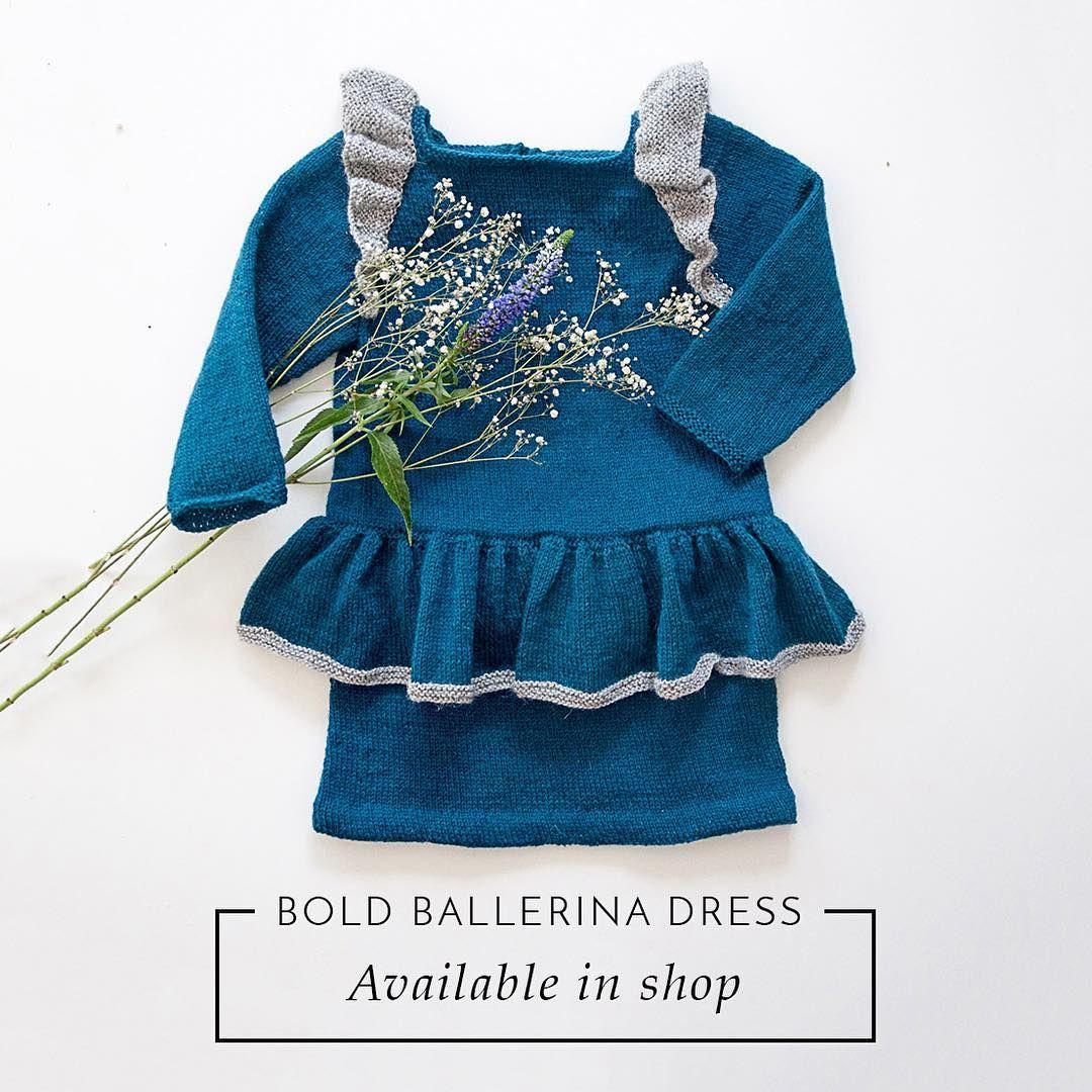 Så er der to nye opskrifter klar i shoppen 👏🏻 #boldballerinadress er en letstrikket kjole med vinger og skørt. Den strikkes på pind 3 med strikkefastheden 28 M over 10 cm. Opskriften går fra 1 år-8 år. Denne er strikket i #engleuld fra @mydailyjunk #tusindfryd cph  De første 5 der køber opskrift på både #rosesweater og #boldballerinadress får 50 % rabat på den ene af dem med koden TP5 😊 #knitbytrinep