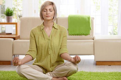 6 posturas de yoga para dormir melhor