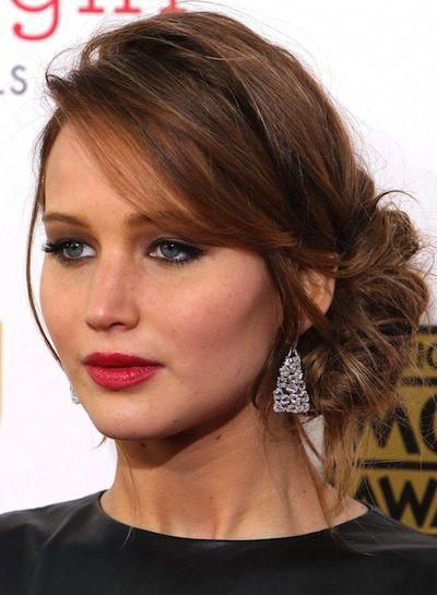 Jennifer Lawrence's stunning auburn locks in a curly side bun #sideUpdos #lowsidebuns