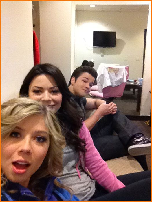 """Miranda Cosgrove And Jennette McCurdy Tweet About Their Last Day Filming Nickelodeon's """"iCarly"""""""