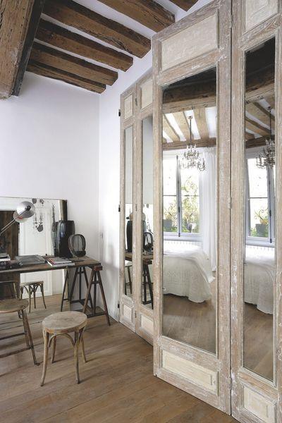 Dans la chambre, le grand placard a été habillé de portes anciennes