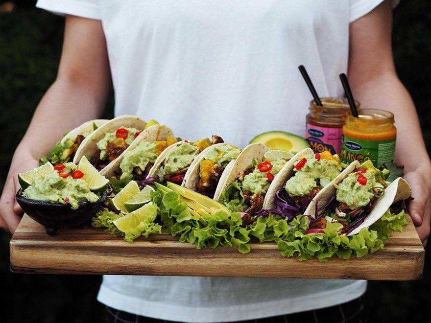 StreetFood - Farverige tacos med krydret kylling og guacamole! opskrift Grov guacamole: 3 modne avocado Saft af ½ lime 1 tsk. tørret hvidløgspulver 2 store spsk. créme fraîche 9 % ½ rød chili, finthakket Salt og peber • MyRecipe kvarg