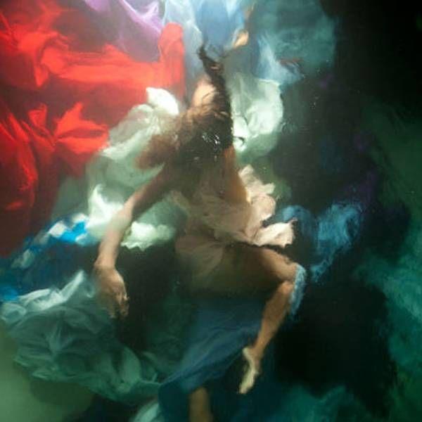 Folha.com - BBC Brasil - Fotógrafa havaiana cria retratos 'barrocos' debaixo d'água - 26/09/2012