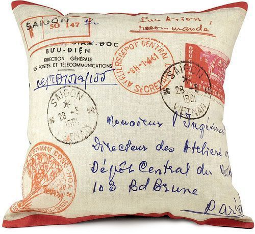 [insolite] Coussin polyester Stamps, créations Bonjour Mon Coussin © DR.