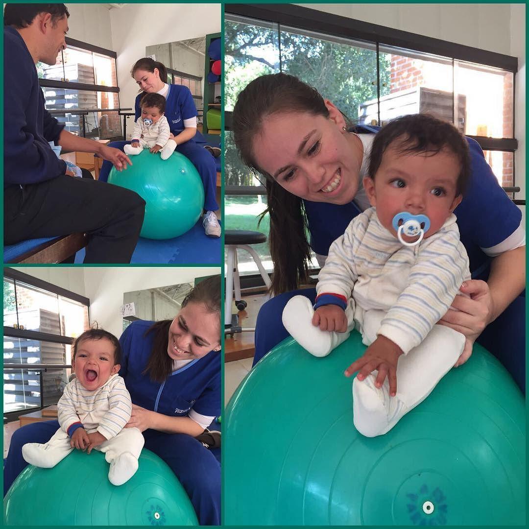 """Él es Josué tiene 9 meses y viene con su papá Ever desde Escobar al Centro Teletón en Paraguarí.  Ever nos comenta que están muy contentos por las mejoras que ven en Josué: """"Ahora él está más atento a las cosas y está aprendiendo a sentarse solo"""". A través del juego con la pelota se realizan ejercicios para fortalecer los músculos de la espalda."""