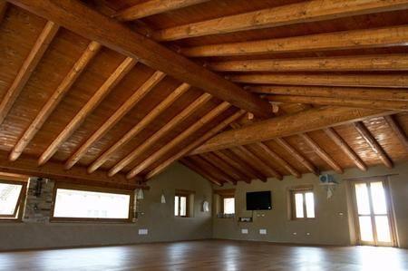 Soffitti In Legno Moderni : Foto travi in legno stile moderno di valeria del treste
