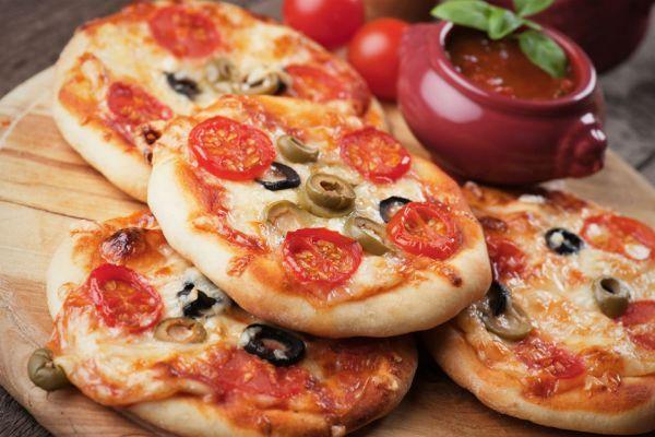 Sucuğu sosisi, cheddar'ı mozzarella'yı hazırlayın evi pizzacıya çevireceğiz. Kokusu salondan duyulacak pizza tariflerini hazırlayıp can çektireceğiz.