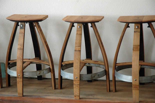 Banquetas feitas com madeira de barricas de carvalho. | muebles de ...