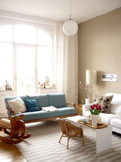 Das Wohnzimmer mit der Wand in erdigen Farben sowie dem Türkis - wohnzimmer gestalten blau