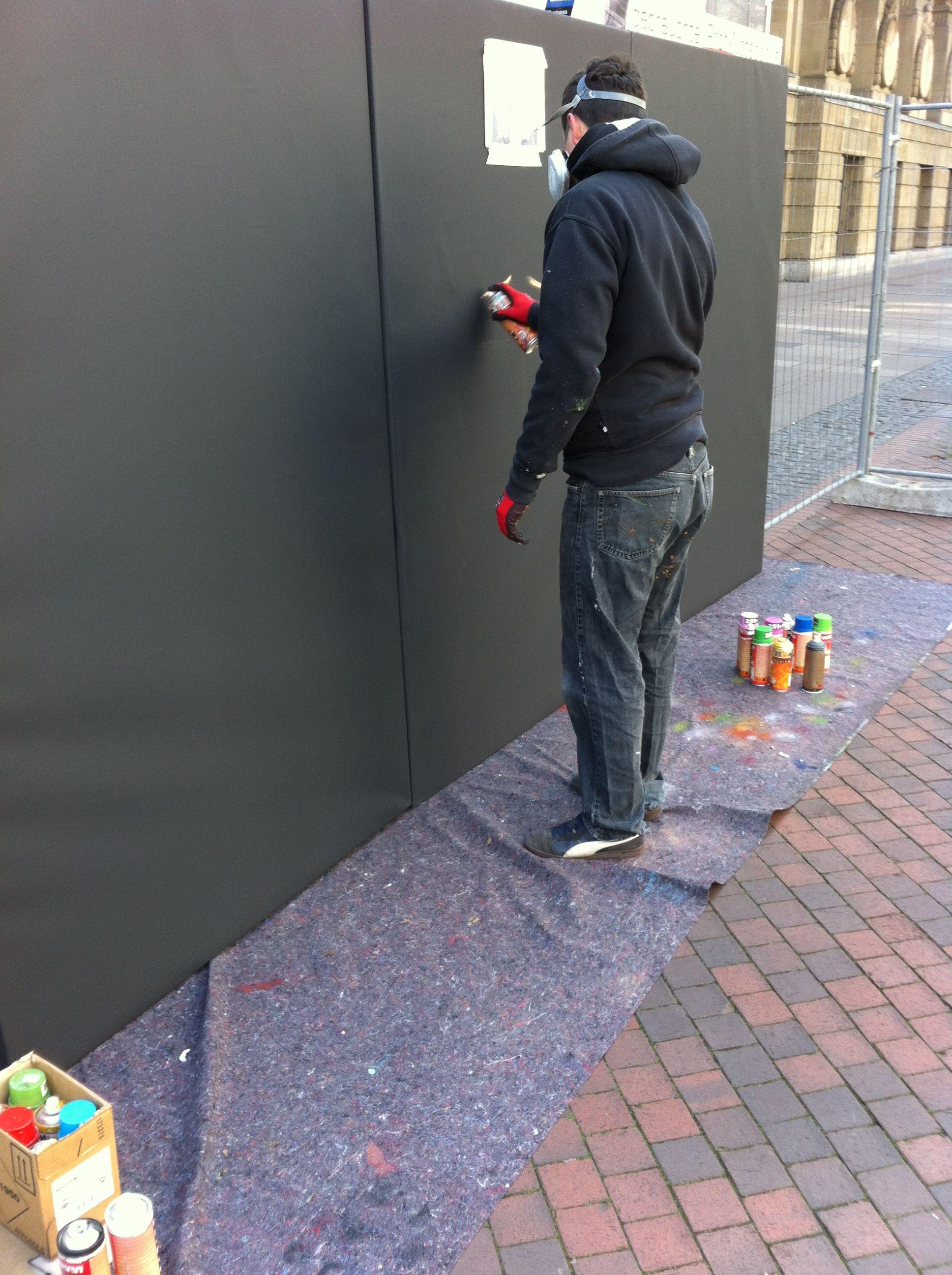 Es kann losgehen. Der erste Graffitistreifen ist zu sehen.