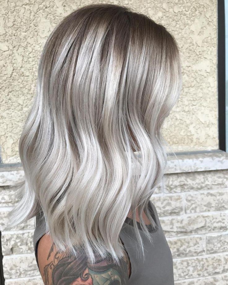 blonda slingor i grått hår
