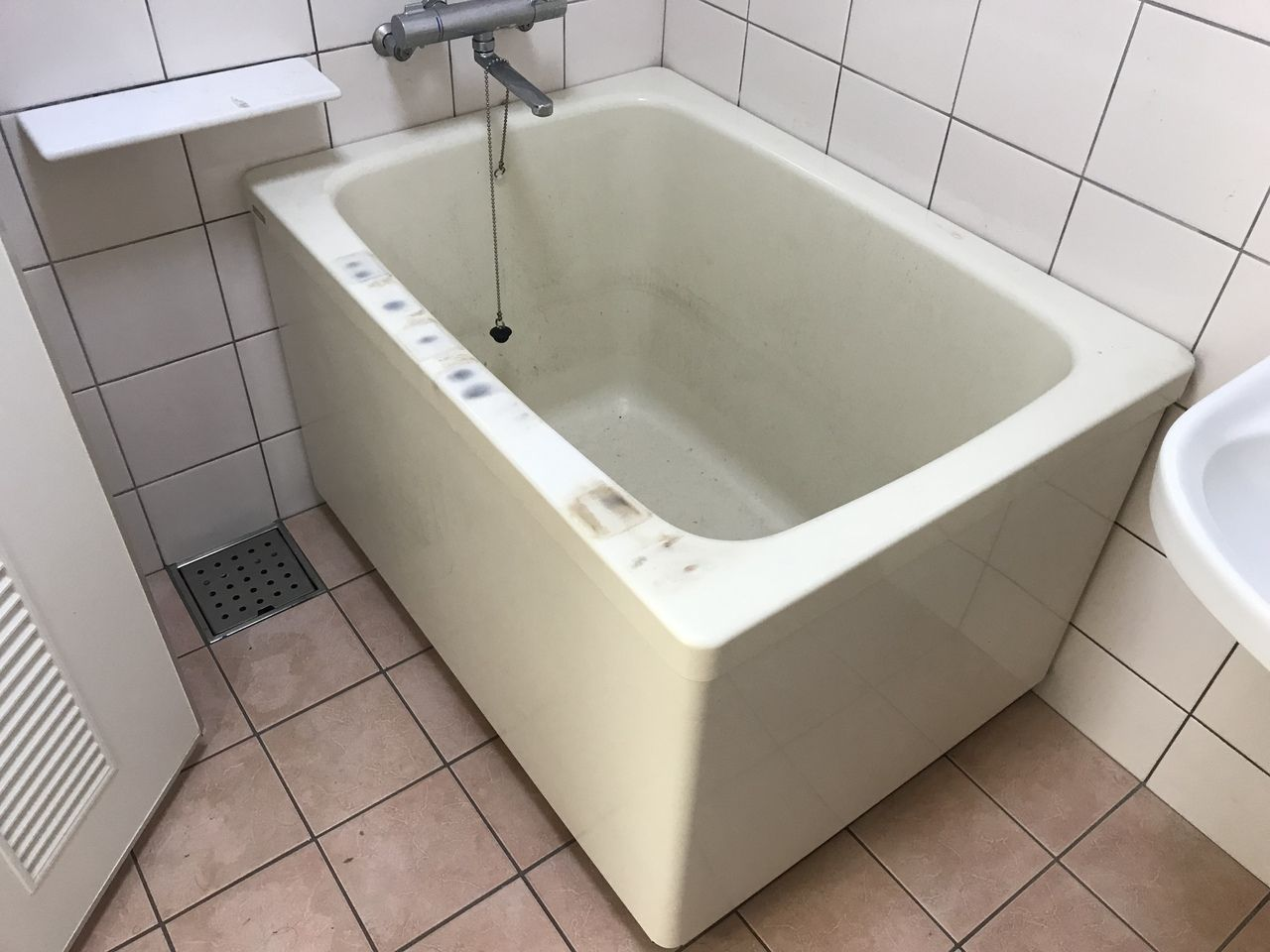リフォームせずに 新品のようになる理由 施工前 毎日使う浴室ですから 当然日々傷んで行きます クリーニング屋さんに頼んでもキレイにならなかった でもリフォームするお金も無いと お悩みの方 詳しくは Http Coating Okinawa Co 浴室リフォーム