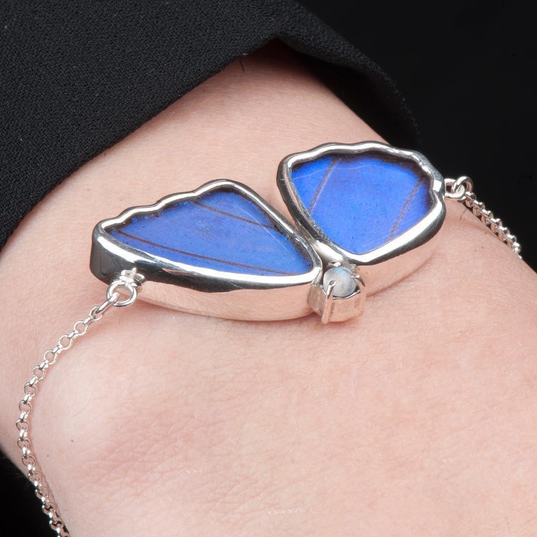 أسوارة من أجنحة الفراشات الحقيقية مورفو على شكل نص فراشة مع حجر التوباز الأزرق المميز Real Butterfly Wing Morpho Didius Jewelry Art Unique Gemstones Jewelry