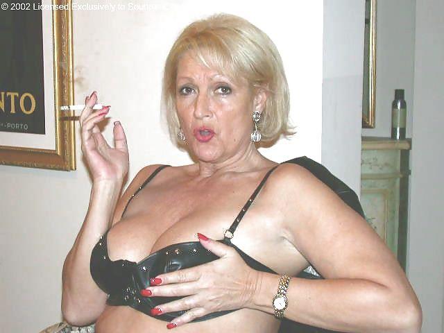 femme mature blonde en lingerie