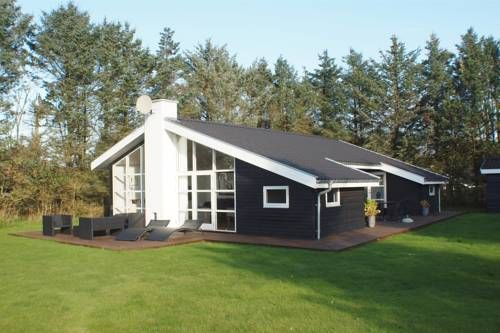 L�kken Holiday Home 306 L�kken Situated in Gr?nh?j, this holiday home is 34 km from Aalborg. The unit is 35 km from Hirtshals.  A TV and DVD player is available. Other facilities at L?kken Holiday Home 306 include a terrace.
