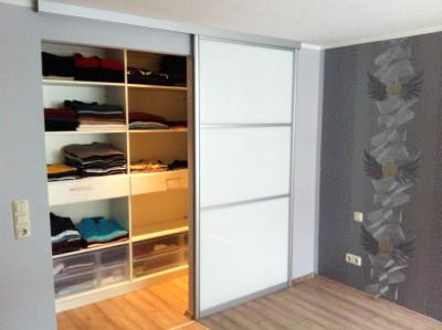 Begehbares Ankleidezimmer mit einflügeliger Glasschiebetür nach ...