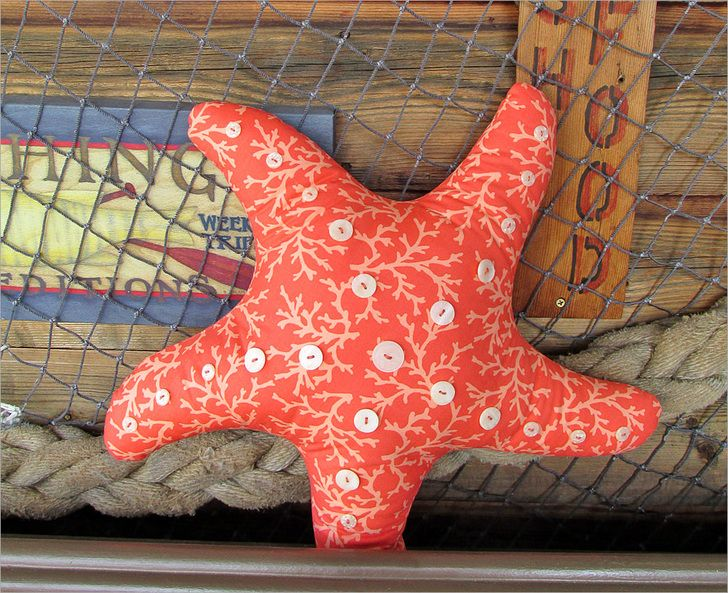 seestern kissen n hen starfish pillow with button accents sew4home diy maritim nautische. Black Bedroom Furniture Sets. Home Design Ideas