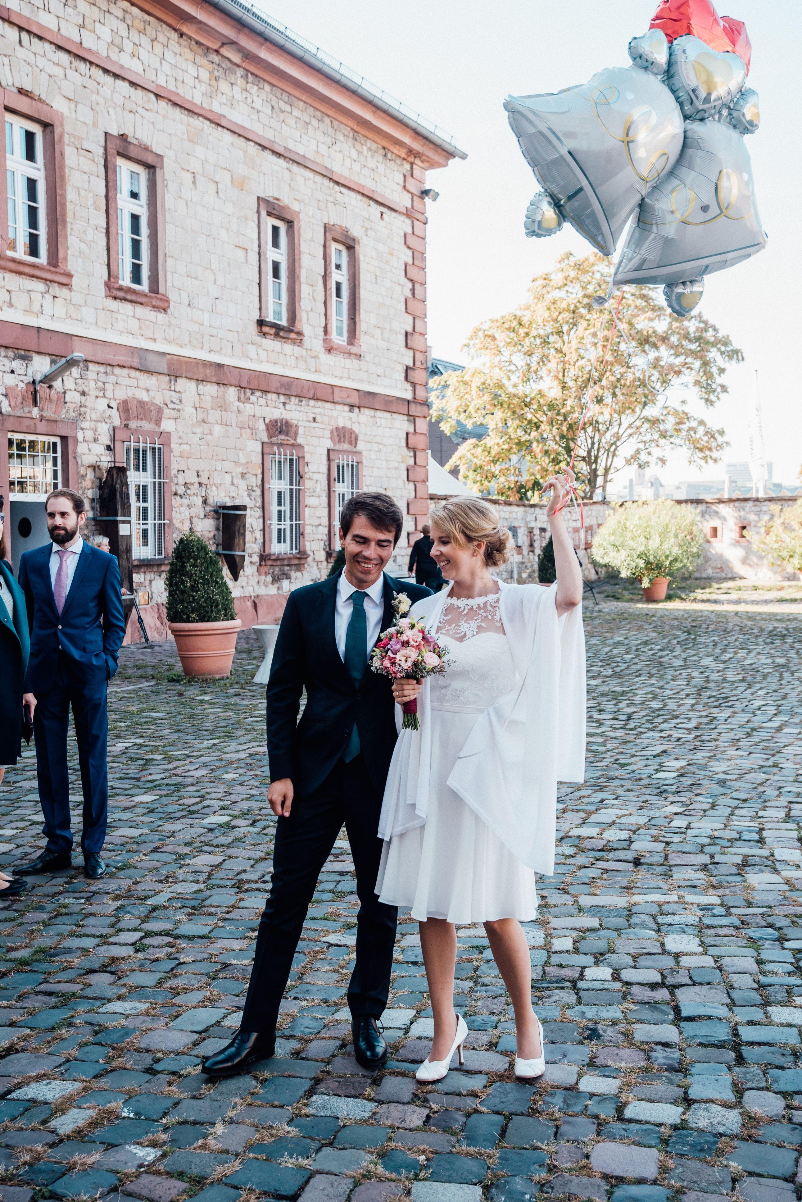 Kleine Uberraschung Der Trauzeugen Nach Der Trauung Hochzeitsfotografrheinmain Wedding Mit Bildern Fotos Hochzeit Hochzeitsinspirationen Hochzeitsfotografie