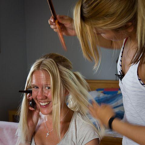 Bride busy on phone.   [wedding, bröllop, bröllopsfoto, håruppsättning