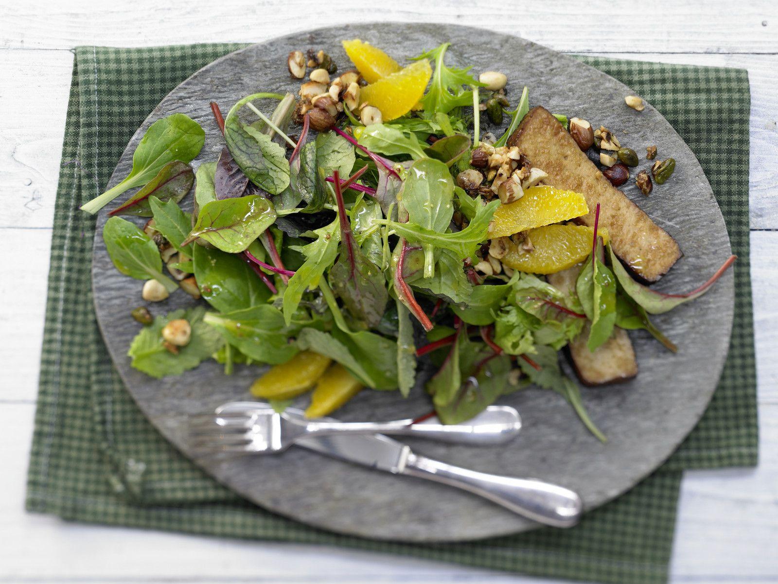 Salat mit Karamellnüssen - und Räuchertofu - smarter - Kalorien: 649 Kcal - Zeit: 30 Min. | eatsmarter.de Ein typischer Wintersalat.