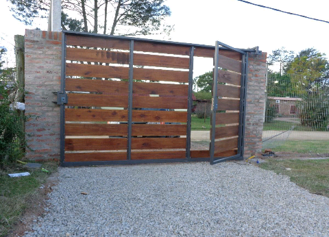 Resultado de imagen para portones corredizos casita - Verjas de madera ...
